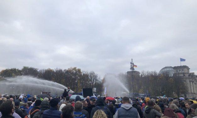Einsatz von Wasserwerfern bei den Demonstrationen am 18. November 2021 vor dem Brandenburger Tor